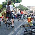 L'Italia ciclabile è al bivio. La metà di chi va in auto in città potrebbe andare in bici.