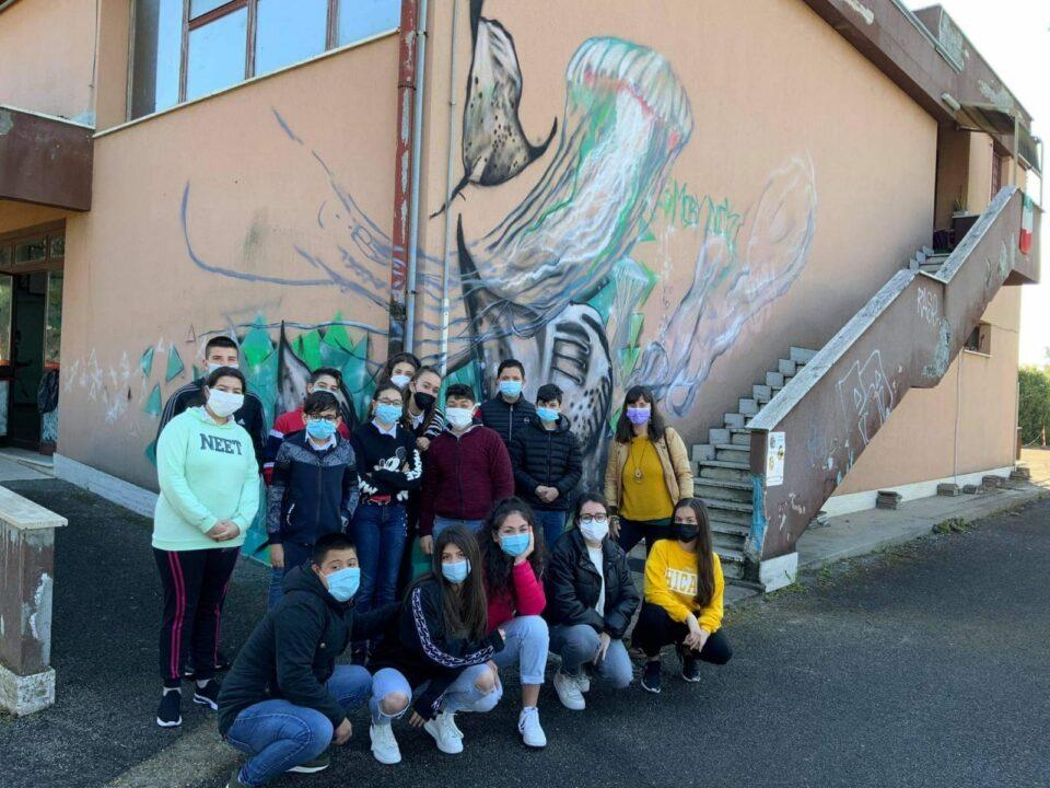 Gli studenti della scuola Morvillo di fronte all'opera terminata